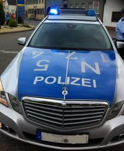 Östringen - Verkehrsunfallflucht nach Überholvorgang auf der L 635 mit vier verletzten Fahrradfahrern - Polizei sucht Zeugen