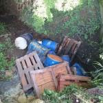 Fässer mit altem Fritierfett in Entwässerungsgraben entsorgt – Zeugen gesucht