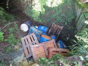 Fässer mit altem Fritierfett in Entwässerungsgraben entsorgt - Zeugen gesucht