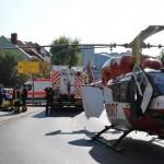 Auto prallt gegen Feuerwehrhaus, zwei Insassen schwer verletzt, Rettungshubschrauber im Einsatz