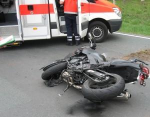 Hockenheim - Rhein-Neckar-Kreis - Schweres Motorrad fährt auf vorausfahrendes Krad auf. Zwei Verletzte