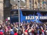 Tausende Fans bereiten dem Eishockey Meister 2015 Adler Mannheim umjubelten Empfang am Rathaus