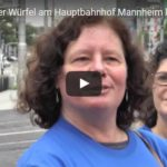 Riesiger blauer Würfel am Hauptbahnhof Mannheim kündigt Freiwilligentag am 17. September an