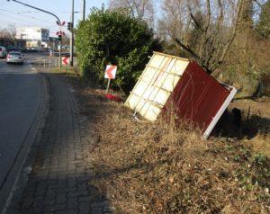 Mal kurz ein Gartenhaus auf der Straße verloren - Heidelberg Polizei sucht Besitzer eines verlorenen Gartenhauses