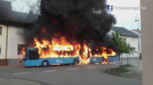 FILMREPORTAGE: Sankt-Leon-Rot - Linienbus geht in Flammen auf. Feuer greift auf Wohnhaus über. Mehrere hunderttausend Euro Sachschaden