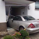 WIESLOCH –Autofahrer fährt mit der Tür ins Haus