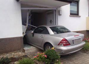 WIESLOCH -Autofahrer fährt mit der Tür ins Haus