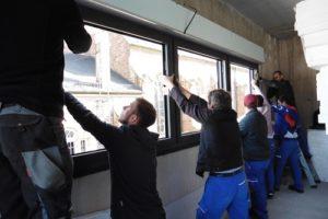 Bild 771 Die fachgerechte Fenstermontage übernehmen die Mitarbeiter der Firma Wifeba Simon & Heiler GbR aus Neulußheim.