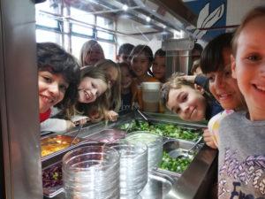 REILINGEN, Schule, Kochen mit frischen Zutaten und ansprechende Essumgebung sind ein Schlüssel zum Erfolg