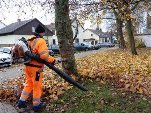 Reilingen, Um dem herbstlichen Blattfall Herr zu werden, setzt der Bauhof auch auf dem Schulgelände den Laubbläser ein P1020766