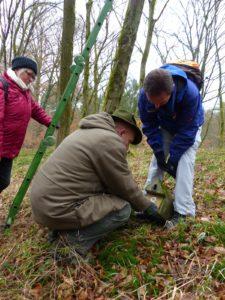 Ehrenamtliche der Lokalen Agenda 21 und des NABU Hockenheim halfen nun bei kaltem Wetter, 50 Nistkästen für Vögel zu pflegen