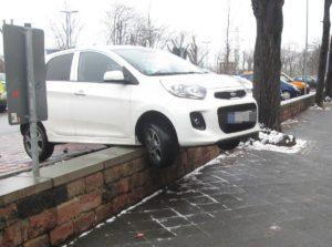 Mannheim Neckarstadt Gaspedal mit Bremse verwechselt - Fahrzeug kommt auf Parkplatz in Dammstraße auf der Mauer zum stehen