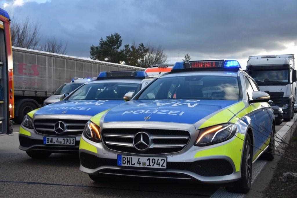 Gemarkung Dielheim: Schwerer Lkw- Unfall auf A 6; Fahrer in Führerhaus eingeklemmt; zwei von drei Fahrstreifen blockiert