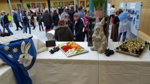 Kommunale Betreuung stellt Mensa-Angebot vor Kommunale Küchenfeen präsentieren ihr Können Zum Tag der offenen Tür am Freitag 9.3.2018 an der Friedrich-von-Schiller-Schule Reilingen präsentierte das Team der Kommunalen Küche ihren Alltag. Für die Besucher hatten die Küchenfeen Frikadellen, Fischstäbchen und Hafertaler samt Rohkost und Obst zubereitet.