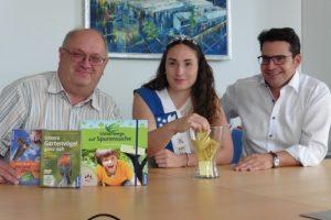 BUND-Vorsitzender Dieter Rösch, Erdbeer- und Spargelprinzessin Nikola Dörfer und Bürgermeister Stefan Weisbrod bei der Auslosung der Preisträger.