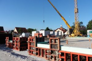 Die fertige Verschalung und Perimeterdämmung lassen es zu, dass jetzt auch im nördlichen Bauabschnitt die Bodenplatte gegossen werden kann