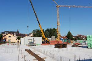 Reilingen, im südlichen Bauabschnitt ist die Bodenplatte bereits fertig gestellt und die Erdgeschoss-Wände können errichtet werden.
