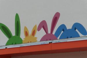 """Nicht nur die """"kleinen Hasen"""" auf dem Logo über dem KiTa-Eingang sind neugierig auf das Bürgerinteresse zur Eröffnung am Samstag, 30. Juni."""