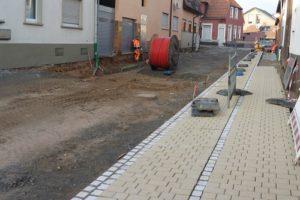 Auf der östlichen Straßenseite sind bereits die ersten Pflasterflächen befestigt.