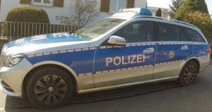 Ein 32-jähriger Mann beleidigte am Samstagabend im Polizeirevier Hockenheim einen Polizeibeamten und beschädigte zudem einen Streifenwagen.