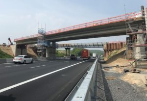 A6 Balzfeld, Sinsheim, Kraichgau, Um 1,25 Meter abgesenkt auf die Widerlager wird die neue Brücke über die Autobahn A6 bei Balzfeld. Das geschieht mit großen Hydraulikstempeln.