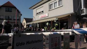 Die Mitglieder des Gewerbeverein Dielheim im Kraichgau haben auf dem Marktplatz neben dem Rathaus von Dielheim und neben dem Dielema Kebaphaus das Maibaumstellen vollzogen.