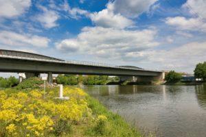 Bildunterschrift: Die Neckarbrücke aus Stahl wird im Zuge des A6-Ausbaus demontiert. Mit Spezialtechnik werden die vier Teile auf Pontons abgelassen und zum Hafen ausgeschifft. Foto: ViA6West/Endres