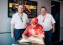 Sebastian Vettel trägt sich in das Goldene Buch der Stadt ein