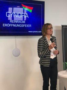 Staatssekretärin Katrin Schütz bei der Cynora Reinraum