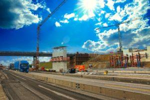 Bildunterschrift: Für den Bau der Brücke über die Autobahn bei Heilbronn-Biberach muss ein Traggerüst erstellt werden. Dafür muss die A6 gesperrt werden. Foto: ViA6West/Endres