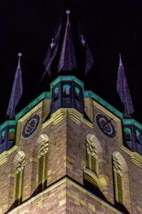 Im LED-Licht kommen die neugotischen Formen der katholischen Wendelinskirche besonders zur Geltung.jpg
