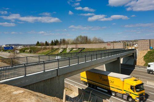Autobahn-Überführung fertiggestellt  Sinsheim-Steinsfurt. Jetzt passt's wieder: Die landwirtschaftliche Brücke im Burgweg ist fertig. Das Bauwerk, das bei Steinsfurt die A6 Richtung Steinsberg überspannt, ist freigegeben. Die Brücke war im Rahmen des aktuellen sechsstreifigen Ausbaus der A6 durch den privaten Autobahnbetreiber ViA6West komplett erneuert worden. Die Vorgängerbrücke stammte noch aus den 1960er Jahren, als die Autobahn zwischen Mannheim und Heilbronn gebaut wurde.