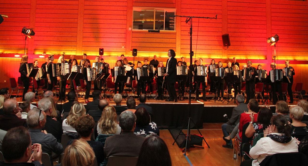 Nachdem das Konzert Mitte März 2020 Corona-bedingt ausfallen musste, freuen sich die Musikerinnen und Musiker auf den Auftritt beim Tag der Dorfgemeinschaft. Unser Foto zeigt das HAO beim Konzert 2018