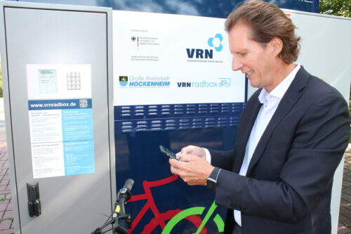 Olav Gutting an Fahrradboxen in Hockenheim  Olav Gutting testet die Fahrradboxen in Hockenheim