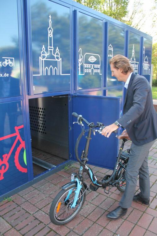 Olav Gutting testet die Fahrradboxen in Hockenheim