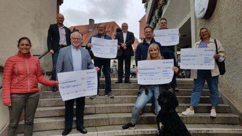 Eingesparte Portokosten kommen Vereinen zugute, Netze BW übergibt Spendenschecks, Stadt Wiesloch